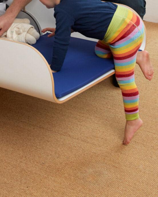 Hiiwi-hissinostin. Taapero on kiipeämässä lastenhoitopöydälle.