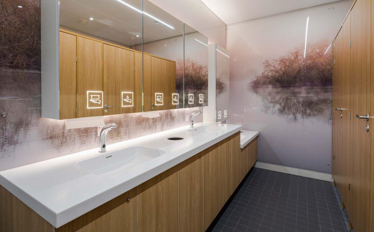 Kauppakeskus Goodman ravintolamaailma. Naisten-WC. Kaksi käsienpesupaikkaa normaalikorkuisella tasolla ja yksi lavuaari alemmalla tasolla.