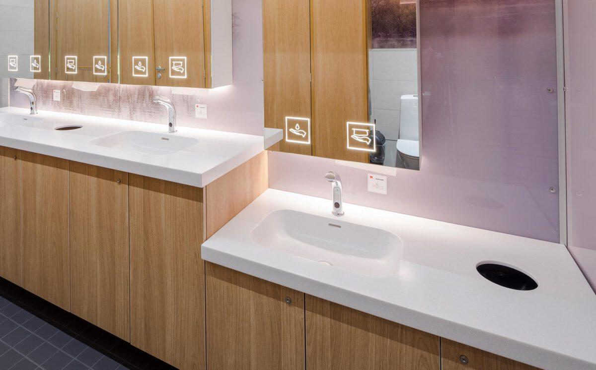 Kauppakeskus Goodman naisten-WC. Kaksi käsienpesupaikkaa normaalikorkuisella tasolla ja yksi lavuaari alemmalla tasolla.