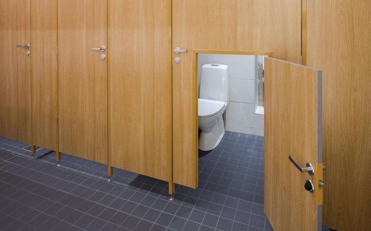 Novosan referenssi. Kauppakeskus Goodman. Leveään aikuisten vessan oveen on tehty pieni lapsille mitoitettu WC:n ovi.