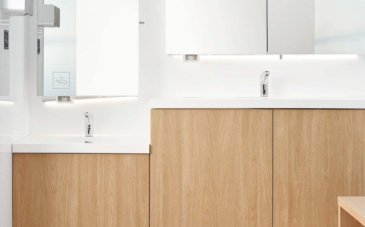 Novosan referenssi. Kauppakeskus Sellon vaalean sävyinen WC-tila. Yksi käsienpesupaikka alemmalla tasolla ja toinen lavuaari normaalikorkuisella tasolla.