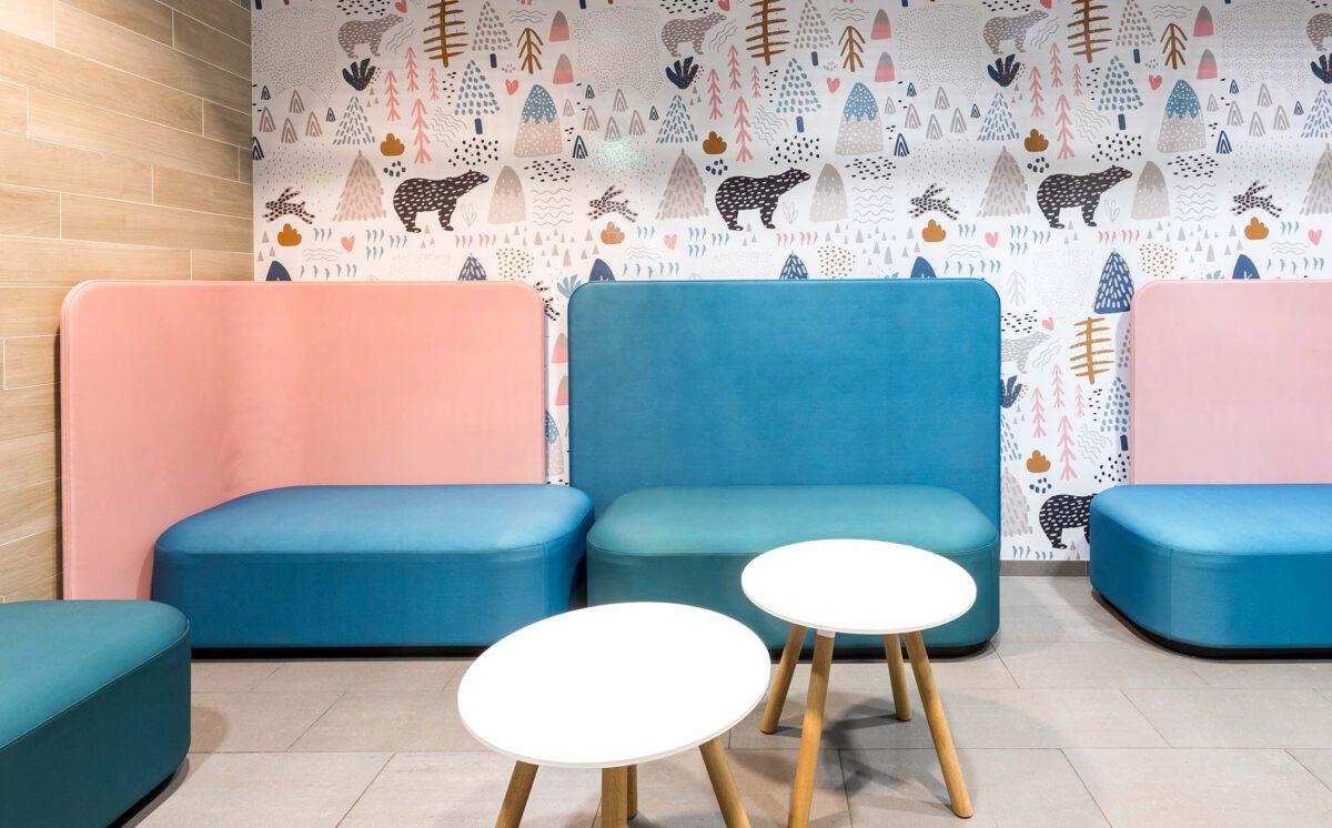 Lastenhoitohuoneessa on turkoosit ja sekä vaaleanpunaisella selkänojalla valmistetut sohvat. Hoitohuoneen takaseinällä on värikäs eläinkuviollinen tapetti. Sohvien edessä on kaksi valkoista, pyöreää pöytää.