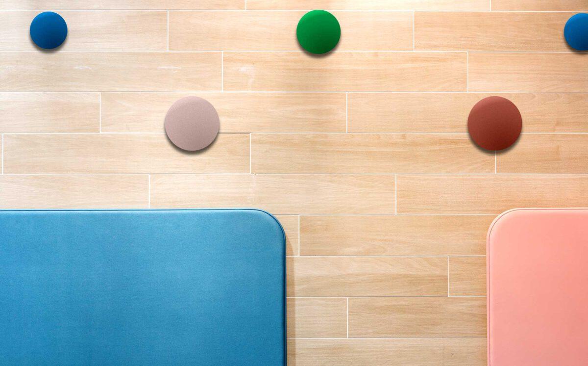Lastenhoitohuoneen seinässä on värikkäät ja pyöreät seinäkokut.