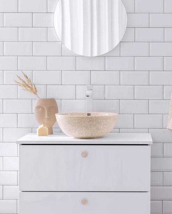 Woodio Soft40 -pesuallas vaaleassa kylpyhuoneessa. Pesualtaan väri: luonnonvärinen haapapuu.
