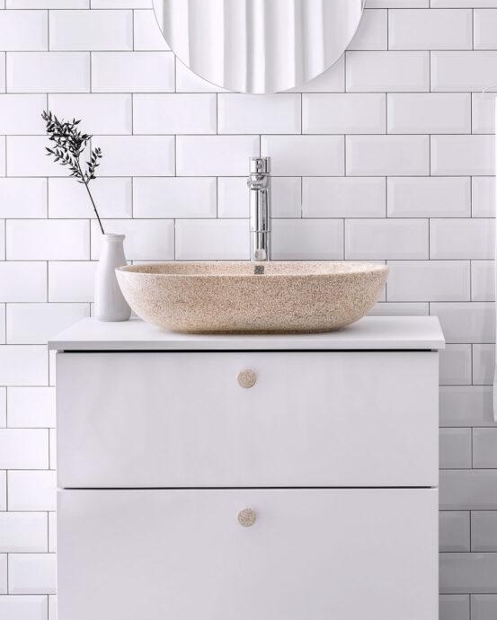 Woodio Soft60 -malja-allas vaaleassa kylpyhuoneessa. Pesualtaan väri: Natural - luonnonvärinen haapapuu.