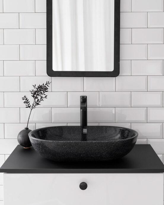 Woodio Soft60 -malja-allas mustavalkoisessa kylpyhuoneessa. Pesualtaan väri: Char – hiilenmusta.