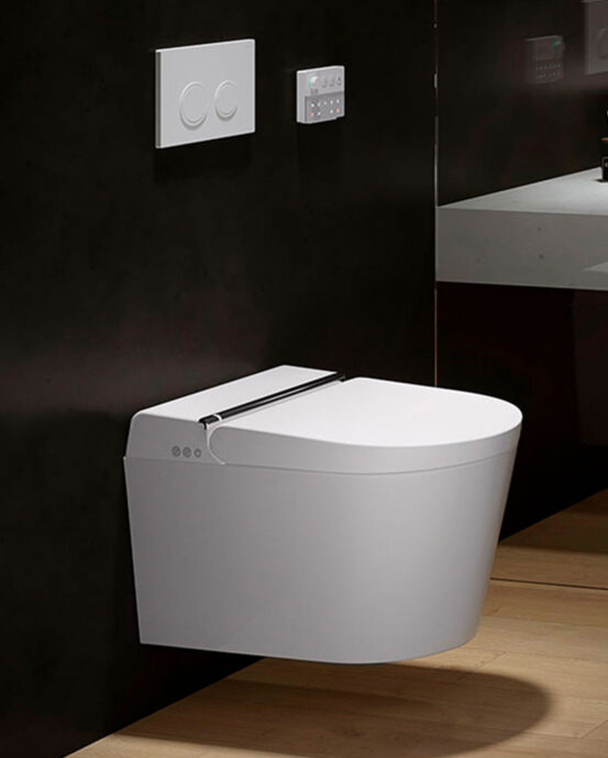 Hygea äly-WC-istuin asennettuna tummaan seinään. Väri: valkoinen.
