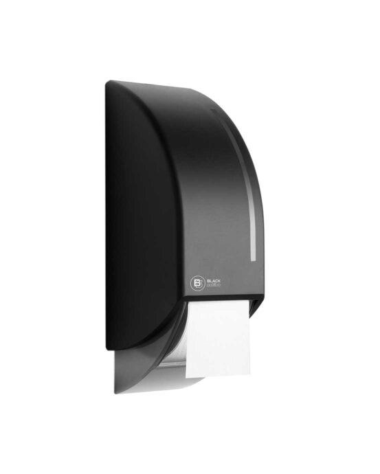 BlackSatino-WC-paperiannostelija järjestelmärullille. Annostelija kuvattuna viistosti edestä. Musta värivaihtoehto. Tuotenumero: 331950.