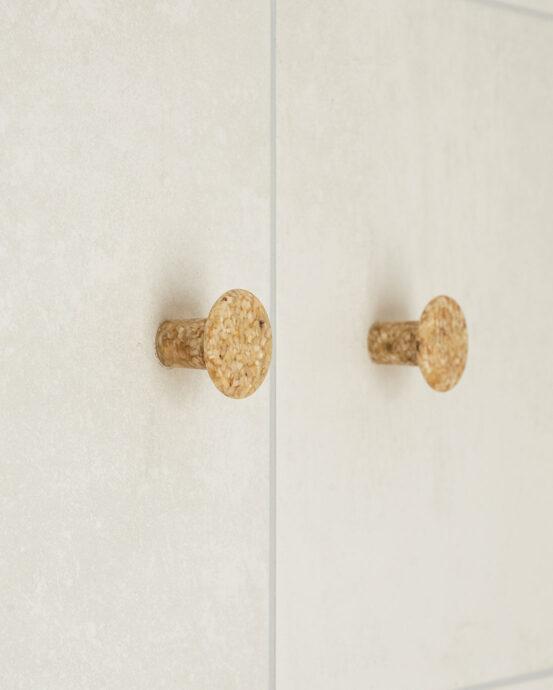 Woodio Hook -vaatekoukut. Kaksi pyöreää vaatekoukkua kuvattuna vaaleassa seinässä. Väri: haapapuu. Tuotenumero: 6438441029238.