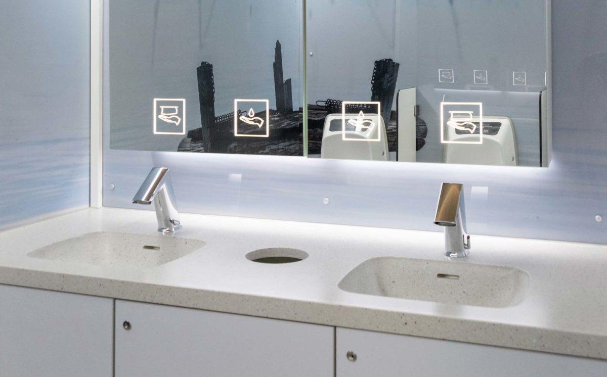 WC-vaunun miesten vessa. WC-tilassa näkyvät hanat, käsienpesualtaat, Urimat-pisuaarit, väliseinät ja pala-peilikaappi.